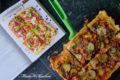 Odwrócona pizza z ciasta francuskiego z pieczonymi warzywami