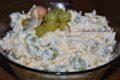 Czosnkowa sałatka z żółtym serem i winogronami